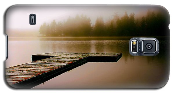 A Misty Morning On The Lake Galaxy S5 Case by Peggy Collins