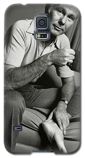 A Portrait Of Johnny Carson Sitting Galaxy S5 Case by Bruce Bacon