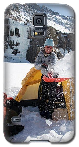 Sangre De Cristo Galaxy S5 Case - A Woman Shovelling Snow Away by Kennan Harvey