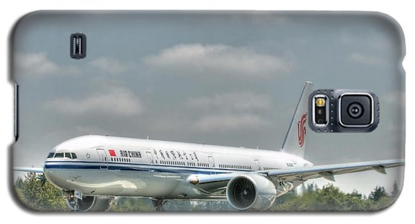 Galaxy S5 Case featuring the photograph Air China 777 by Jeff Cook