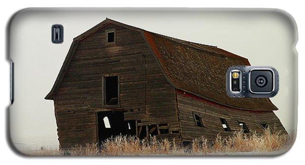 An Old Leaning Barn In North Dakota Galaxy S5 Case by Jeff Swan