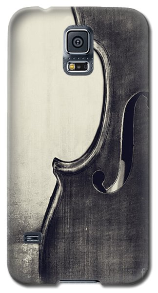 Violin Galaxy S5 Case - An Old Violin In Black And White by Emily Kay
