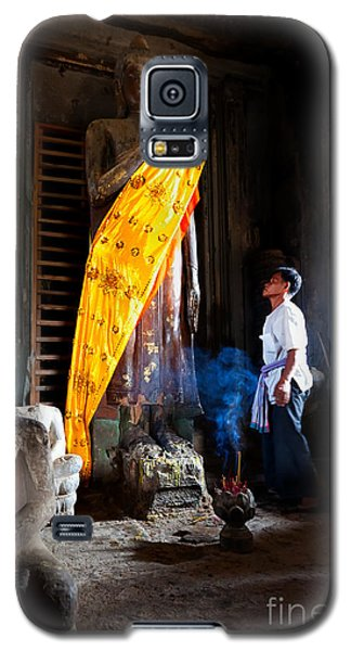 Angkor Wat Devotee Lights Incense In Buddha Temple Galaxy S5 Case