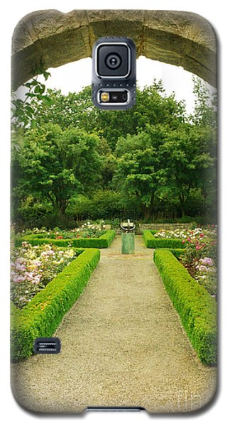 Galaxy S5 Case featuring the photograph Arch To The Rose Garden by Maria Janicki