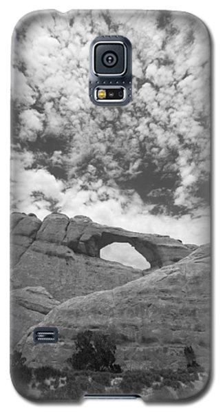 Galaxy S5 Case featuring the photograph Arches Black And White by Tom Kelly