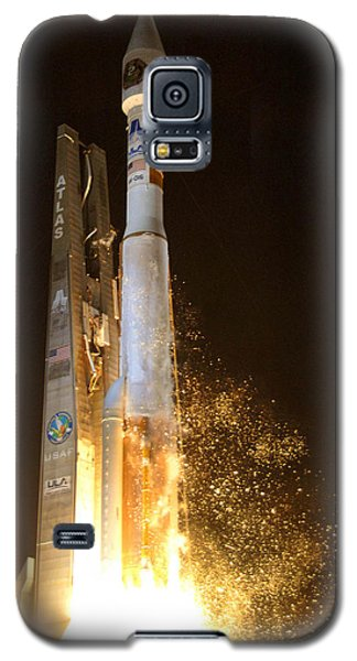 Galaxy S5 Case featuring the photograph Atlas V Rocket Taking Off by Science Source