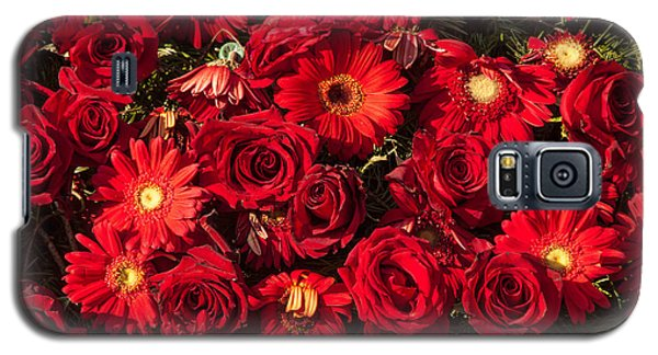 Background Of Red Roses And Daisies Galaxy S5 Case