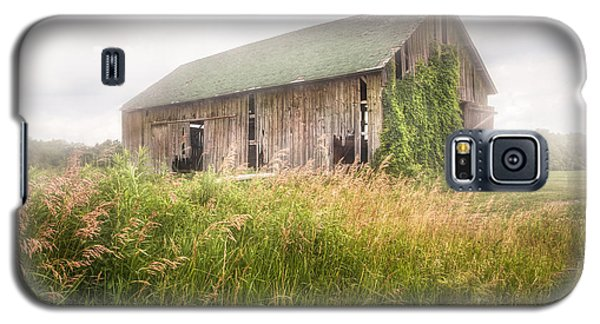 Galaxy S5 Case featuring the photograph Barn In A Misty Field by Gary Heller