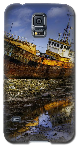 Beached Fishing Trawler Reflecting While Waiting For The Tide Galaxy S5 Case