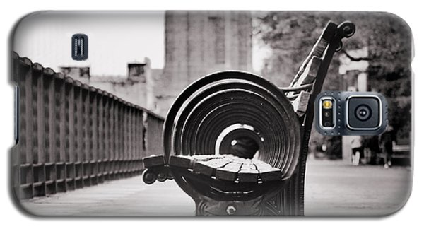 Bench's Circles And Brooklyn Bridge - Brooklyn Heights Promenade - New York City Galaxy S5 Case