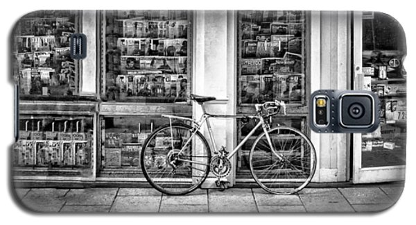 Bike At Palmer Square Book Store In Princeton Galaxy S5 Case by Ben and Raisa Gertsberg