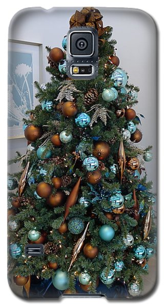 Galaxy S5 Case featuring the photograph Blue And Gold Xmas Tree by Richard Reeve