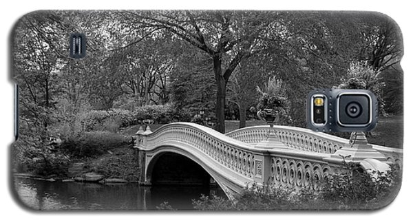 Bow Bridge Nyc In Black And White Galaxy S5 Case by Christiane Schulze Art And Photography