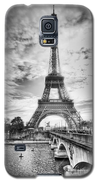 Galaxy S5 Case featuring the photograph Bridge To The Eiffel Tower by John Wadleigh