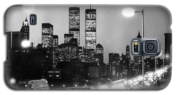 Brooklyn Bridge Traffic II Dusk 1980s Galaxy S5 Case by Gary Eason
