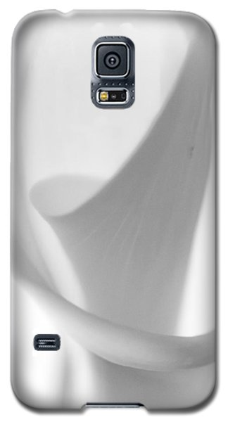 Galaxy S5 Case featuring the photograph Calla Lily by Jonathan Nguyen