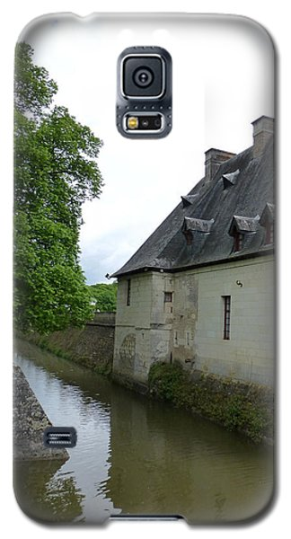 Galaxy S5 Case featuring the photograph Caretaker Cottage On The Canal At Chenonceau by Susan Alvaro