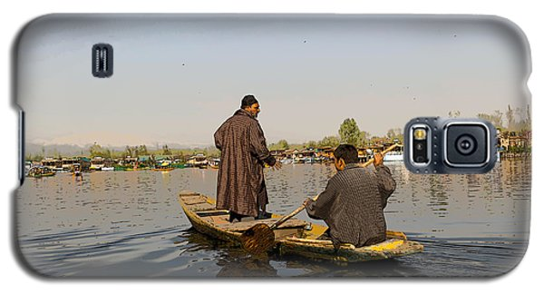 Cartoon - Kashmiri Men Plying A Wooden Boat In The Dal Lake In Srinagar Galaxy S5 Case
