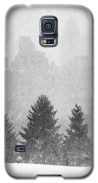 Galaxy S5 Case featuring the photograph Cedar Hill Snow Shapes by Dave Beckerman