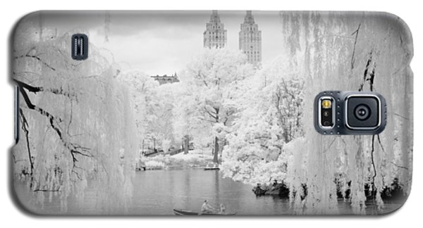 Galaxy S5 Case featuring the photograph Central Park Lake-infrared Willows by Dave Beckerman