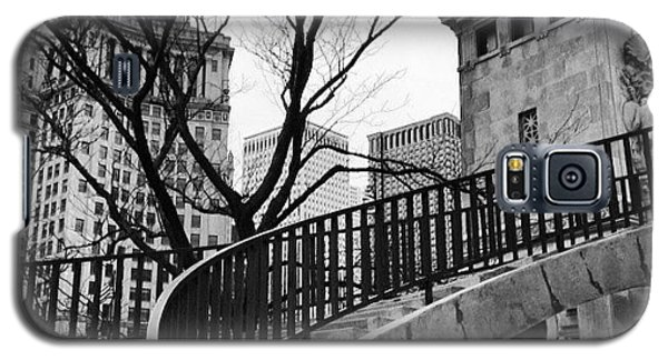 Architecture Galaxy S5 Case - Chicago Staircase Black And White Picture by Paul Velgos