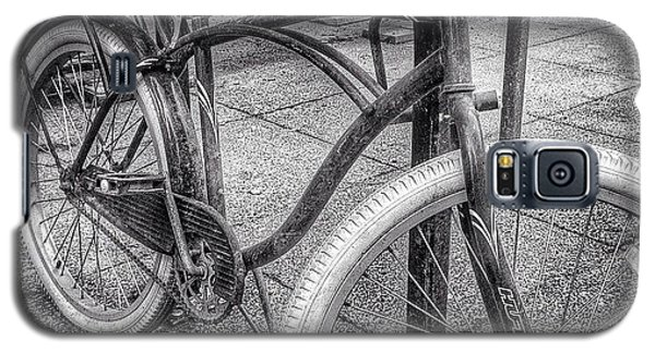 Place Galaxy S5 Case - Locked Bike In Downtown Chicago by Paul Velgos