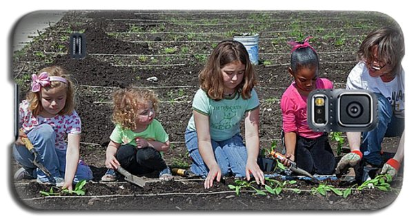 Children At Work In A Community Garden Galaxy S5 Case by Jim West