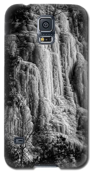 Cliff Ice In Black And White Galaxy S5 Case by Robert Knight