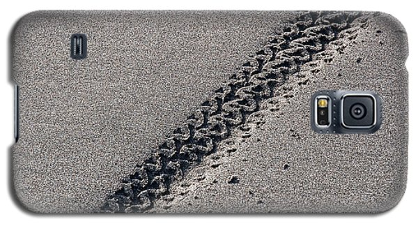 Closeup Of Bicycles Tracks In Sand Galaxy S5 Case