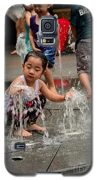 Clothed Children Play At Water Fountain Galaxy S5 Case
