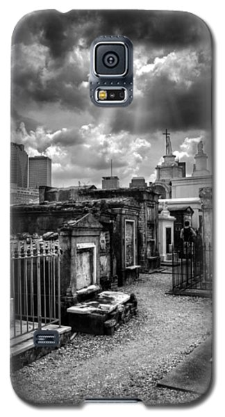 Cloudy Day At St. Louis Cemetery In Black And White Galaxy S5 Case