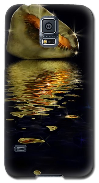 Galaxy S5 Case featuring the photograph Conch Sparkling With Reflection by Peter v Quenter