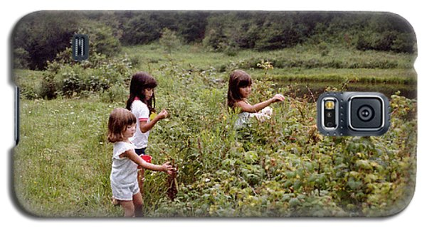 Country Girls Picking Wild Berries Galaxy S5 Case
