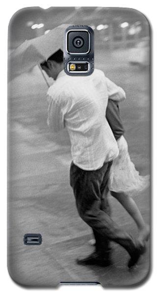 Couple In The Rain Galaxy S5 Case
