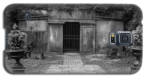 Crypt At Belle Meade Mansion Galaxy S5 Case by Robert Hebert