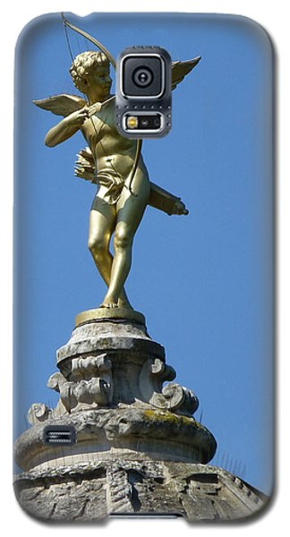 Galaxy S5 Case featuring the photograph Cupid On Le Pavillon-elysee In Paris by Susan Alvaro