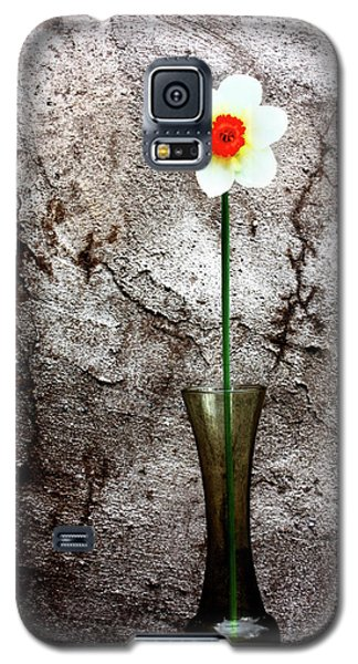 Galaxy S5 Case featuring the photograph Daffodil by Gray  Artus