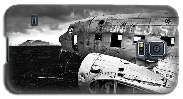 Galaxy S5 Case featuring the photograph Dc-3 Iceland by Gunnar Orn Arnason