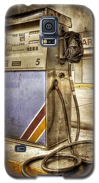 Galaxy S5 Case featuring the photograph Destrehan Gas Pump by Ray Devlin