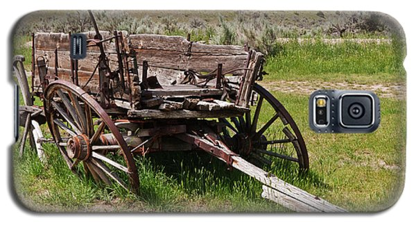 Galaxy S5 Case featuring the photograph Dilapidated Wagon With Leaning Wheels by Sue Smith
