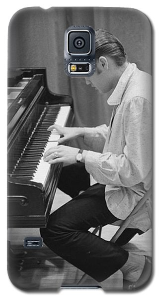 Musicians Galaxy S5 Case - Elvis Presley On Piano While Waiting For A Show To Start 1956 by The Harrington Collection