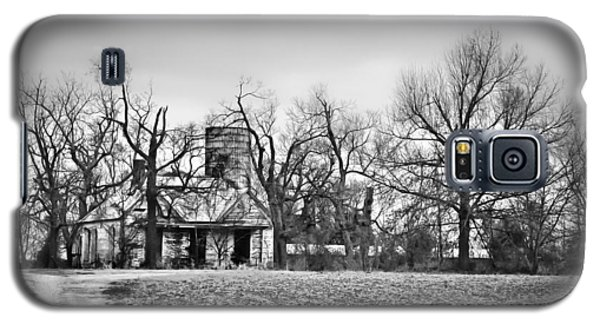 End Of The Road Farmhouse In Bw Galaxy S5 Case by Greg Jackson