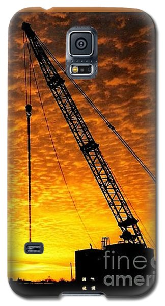 Erecting A Sunset In Beaumont Texas Galaxy S5 Case