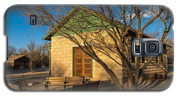 Galaxy S5 Case featuring the photograph Fairbank Schoolhouse by Beverly Parks