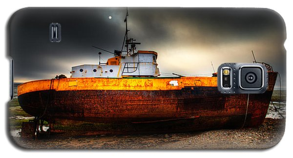 Foggy Sun Over Beached Fishing Boat In Rampside Uk Galaxy S5 Case