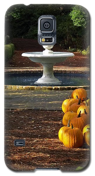 Galaxy S5 Case featuring the photograph Fountain And Pumpkins At The Elizabethan Gardens by Greg Reed