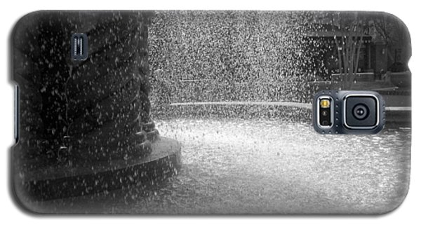 Fountain In Black And White Galaxy S5 Case by Richard Stephen