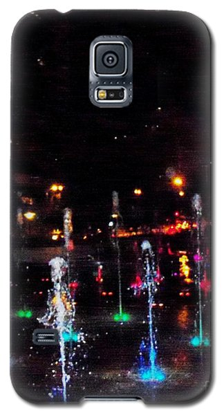 Galaxy S5 Case featuring the photograph Fountains At City Garden by Kelly Awad