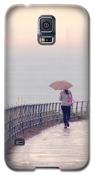 Girl Walking With Umbrella Galaxy S5 Case