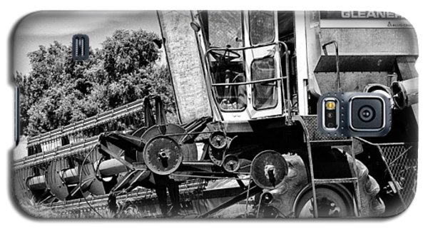 Gleaner F Combine In Black-and-white Galaxy S5 Case by Bill Kesler